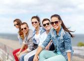 Usmívající se dospívající dívka visí ven s přáteli — Stock fotografie