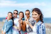 Glada tonåringar tar foto utanför — Stockfoto