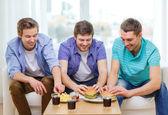 Ler vänner med soda och hamburgare hemma — Stockfoto