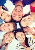 Skupina teenagerů, při pohledu dolů — Stock fotografie