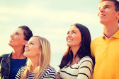 Gruppo di amici, alzando lo sguardo sulla spiaggia — Foto Stock