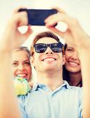 スマート フォンで写真を撮るお友達のグループ — ストック写真
