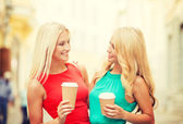Two women with takeaway coffee cups in the city — Stock Photo