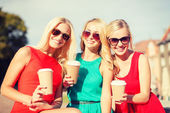 市内のテイクアウトのコーヒー カップを持つ女性 — ストック写真