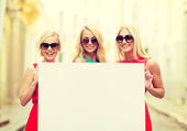 三快乐的金发妇女与空白白板 — 图库照片