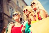 Beautiful women with shopping bags in the ctiy — Stock Photo