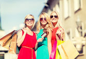 Beautiful women with shopping bags in the ctiy — Foto de Stock