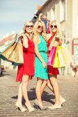 Vackra kvinnor med påsar i ctiy — Stockfoto