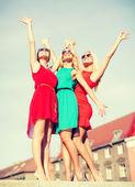 Tři krásné ženy ve městě — Stock fotografie