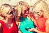 Piękne dziewczyny z smartphone w mieście — Foto Stock