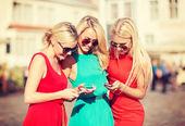 Krásné dívky s smartphone ve městě — Stock fotografie