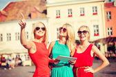 タブレット pc を探している美しい女の子 toursits — ストック写真