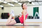 Piękna kobieta sportowy robić ćwiczenia na siłowni — Zdjęcie stockowe