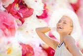 красивая женщина, наслаждаясь летом на открытом воздухе — Стоковое фото