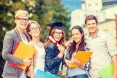 Studenti nebo teenageři se soubory a diplom — Stock fotografie