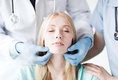 Cirurgião plástico ou um médico com o paciente — Foto Stock