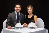 微笑对夫妇手牵着手的餐厅 — 图库照片