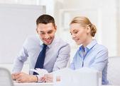 カラー サンプルを見て笑顔のビジネス カップル — ストック写真