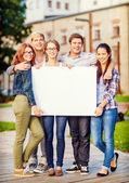 Studenter eller tonåringar med vit blank tavla — Stockfoto