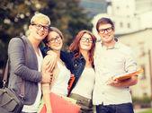 Skupina studentů nebo teenageři visí ven — Stock fotografie