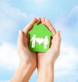 両手の家族と一緒に緑の家 — ストック写真