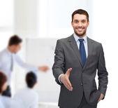 бизнесмен с открытой руки готовы к рукопожатие — Стоковое фото