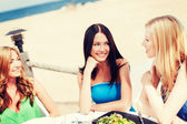 Ragazze nella caffetteria sulla spiaggia — Foto Stock