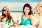 девушки в кафе на пляже — Стоковое фото