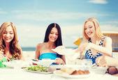 咖啡馆在海滩上的女孩 — 图库照片