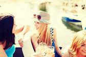 девушки с шампанским стекла на лодке — Стоковое фото