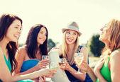 女孩与船上的香槟杯 — 图库照片