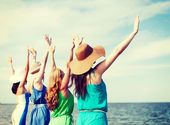 девочки, глядя на море с руки — Стоковое фото
