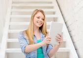 女子学生のタブレット pc コンピューターで笑みを浮かべてください。 — ストック写真