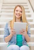 微笑与 tablet pc 机的女学生 — 图库照片