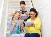 タブレット pc コンピューターと笑みを浮かべて学生 — ストック写真