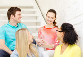 Smiling teenagers hanging out — Stock Photo