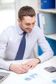 微笑与便携式计算机和文件的商人 — 图库照片