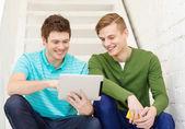微笑与平板 pc 电脑的男学生 — 图库照片