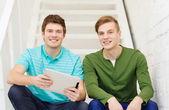 Sourire des élèves de sexe masculin avec tablette pc — Photo