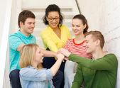 微笑着学生用彼此的手 — 图库照片