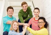 Étudiants souriants avec les mains sur le dessus de l'autre — Photo