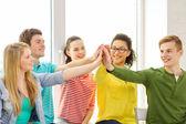 微笑着学生做坐高五个手势 — 图库照片