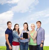 Studenti mostrando sullo schermo del pc tavoletta vuoto — Foto Stock