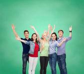 手を振って笑顔の学生のグループ — ストック写真