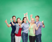 Groupe d'étudiants en souriant montrant thumbs up — Photo