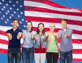 Grupo de estudiantes sonrientes mostrando los pulgares para arriba — Foto de Stock