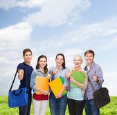 親指を現して笑顔の学生のグループ — ストック写真