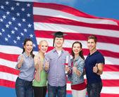 Gruppe von Studenten mit Diplom Daumen auftauchend — Stockfoto
