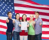 テストと親指示す学生のグループ — ストック写真