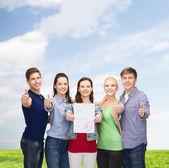 组显示测试和拇指的学生 — 图库照片